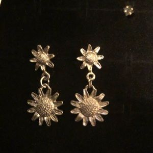 Sunflower earrings, Silver color